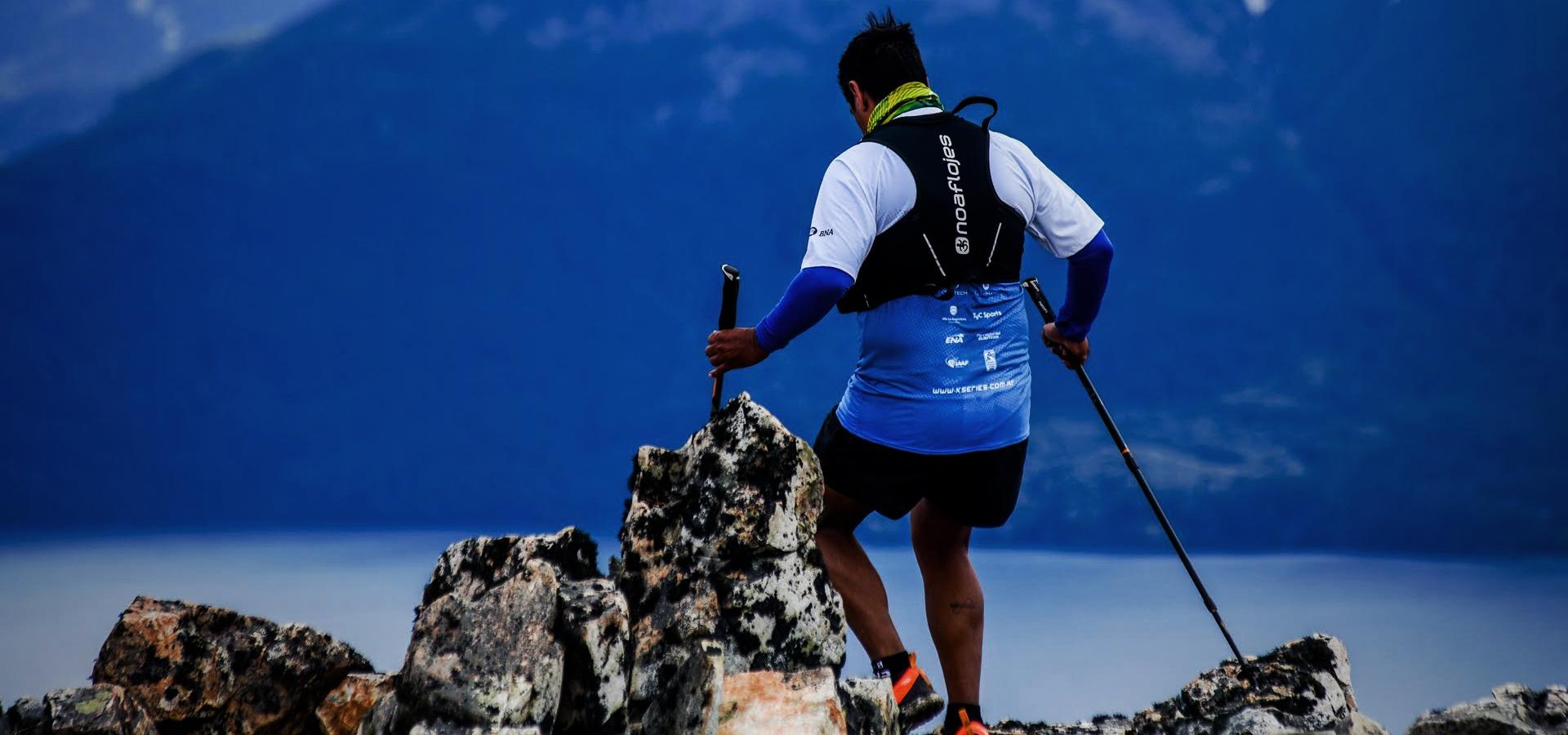 Hombre corriendo con Chaleco de Hidratación NoAf en Villa la Angostura en K42 Series